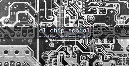 Es un chip de ordenador visto desde arriba, en blanco y negro, con el título del artículo y el nombre de la autora